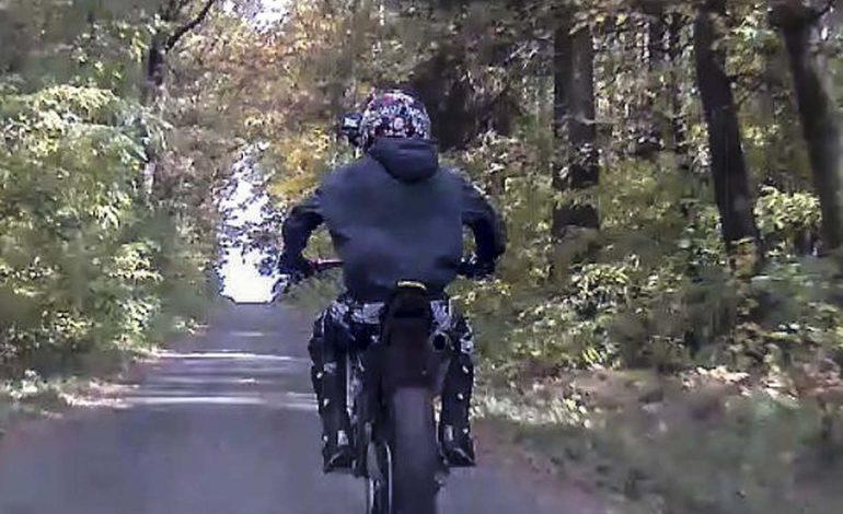 Policie hledá motocyklistu