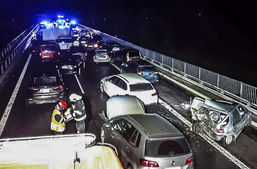 Policie obvinila dva muže kvůli hromadné nehodě na D10