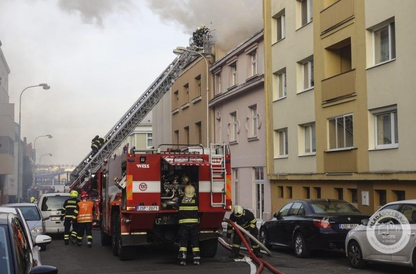 Požár střechy bytového domu