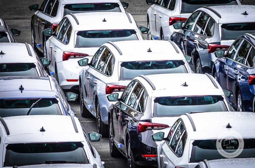 Škoda Auto začala na letišti v H. Králové skladovat vozy, které nemůže dokončit