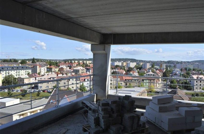 Nový parkovací dům u Klaudiánovy nemocnice má být dokončen v září