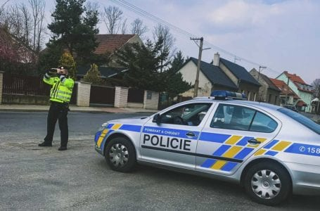 Policisté kontrolují krizová opatření ze země i ze vzduchu