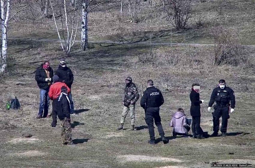 Za nenošení roušek strážníci udělili třem mužům pokutu 20 tisíc korun