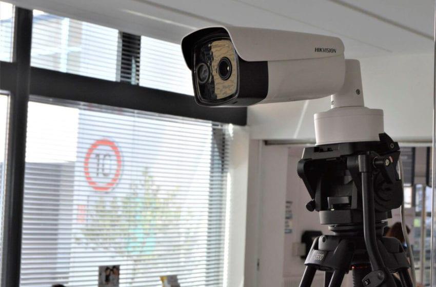 U vchodu do Klaudiánovy nemocnice měří lidem teplotu termokamera