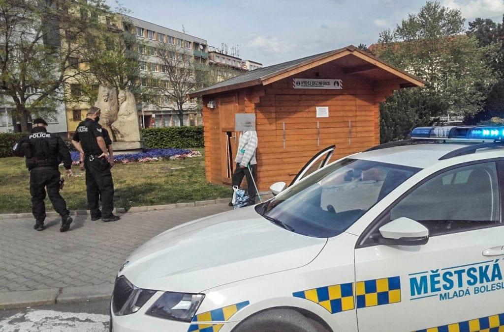 Městská policie Mladá Boleslav - prokopnuté dveře do stánku