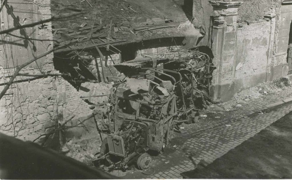 Bombardování Mladé Boleslavi 1945 autobus na Ptácké ulici