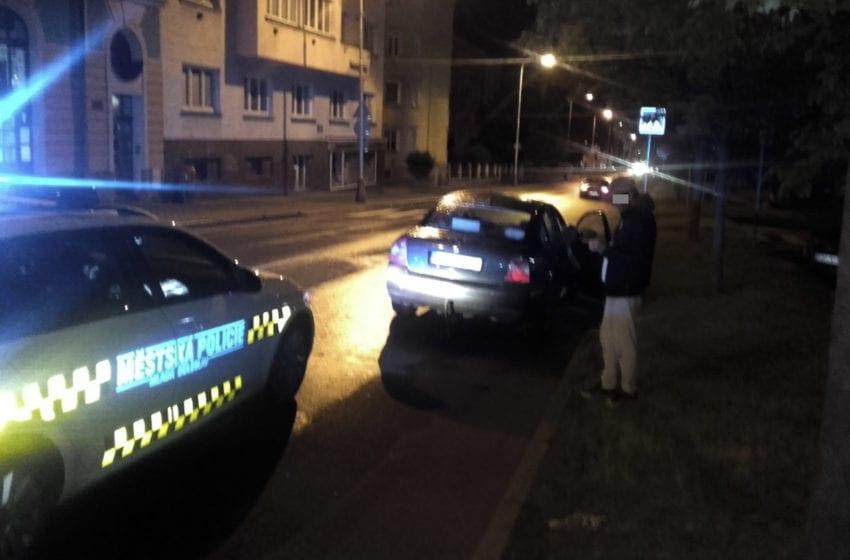 Strážníci zastavili opilého řidiče. V jízdě pokračovala opilá spolujezdkyně