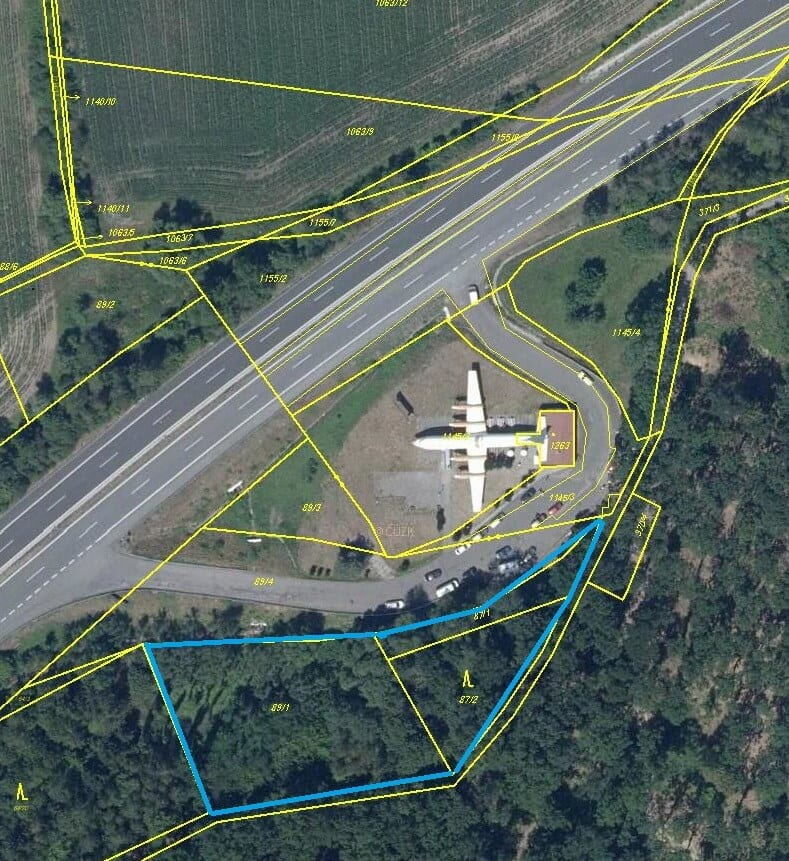 Letadlo na D10 u Bakova nad Jizerou - pozemky okolo