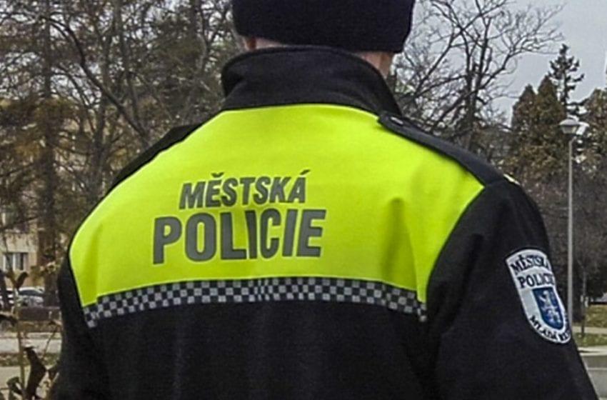 Opilý a agresivní muž vyhrožoval strážníkům. Skončil na záchytce