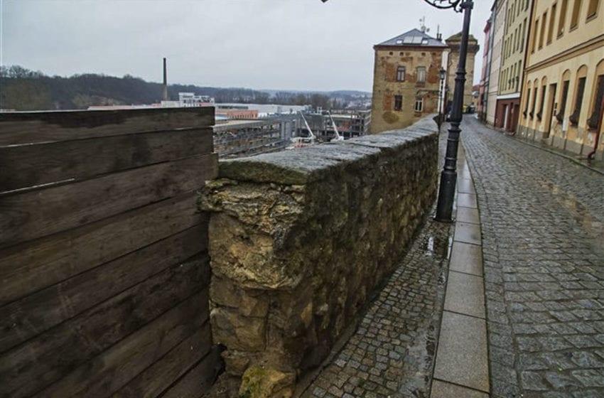 Opěrnou zeď v historické části Mladé Boleslavi čeká oprava a zpevnění