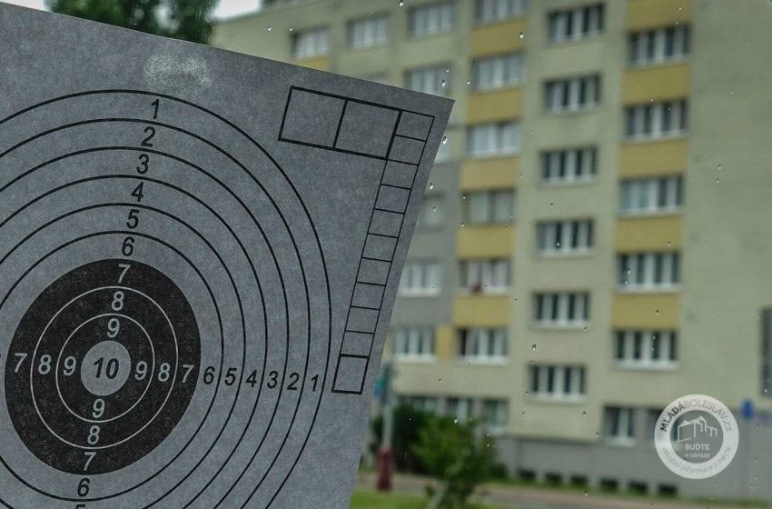 Terč zavěsil na balkonu a střílel z pokoje