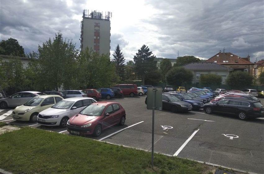 Zpoplatněné parkoviště u Domu kultury a malá TGM pro rezidenty