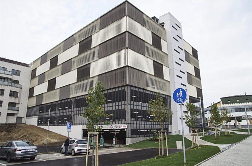 Nový parkovací dům u Klaudiánovy nemocnice zahájí provoz 1. října