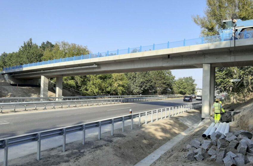 Přes dálnici D10 u Benátek nad Jizerou vede nový most