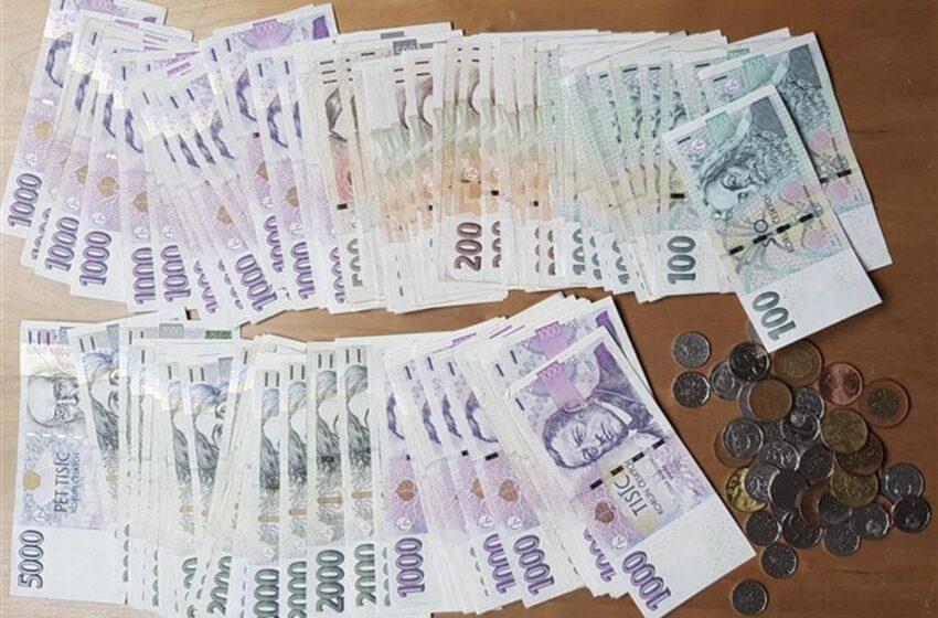 Poctivý nálezce v Mladé Boleslavi vrátil tašku se sto tisíci korunami