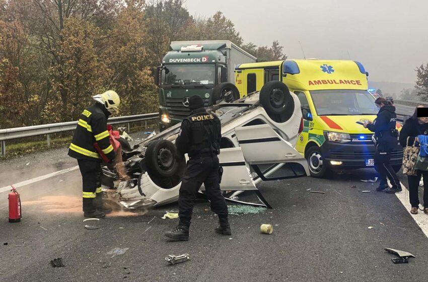Dálnici D10 u Bakova nad Jizerou uzavřela dopravní nehoda