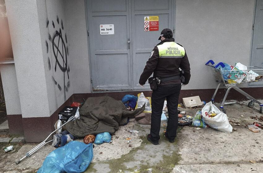 Zemřela známá bezdomovkyně, která hromadila nepořádek