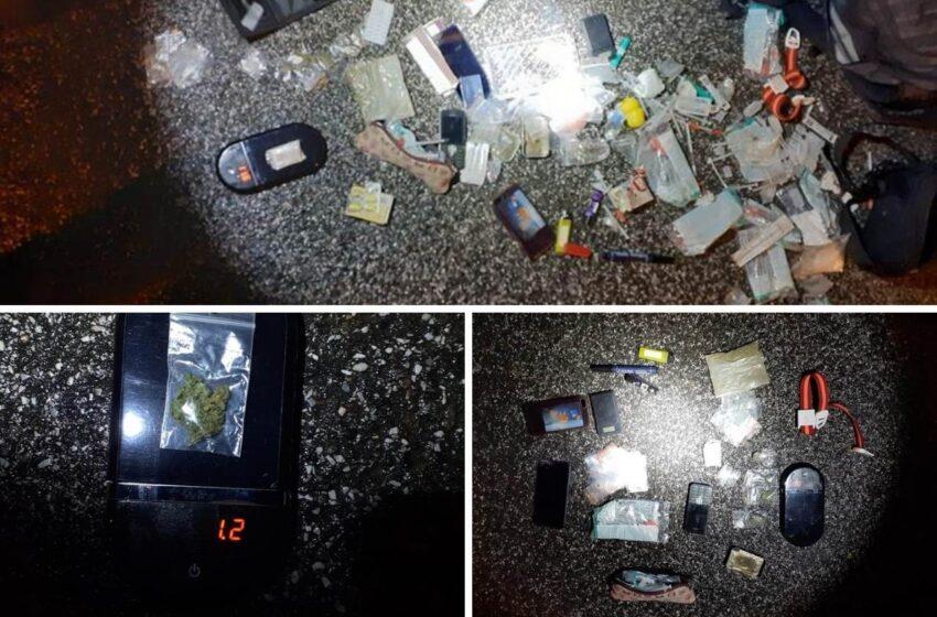 Nervózní muž v taxíku upozornil na drogy ve svém batohu