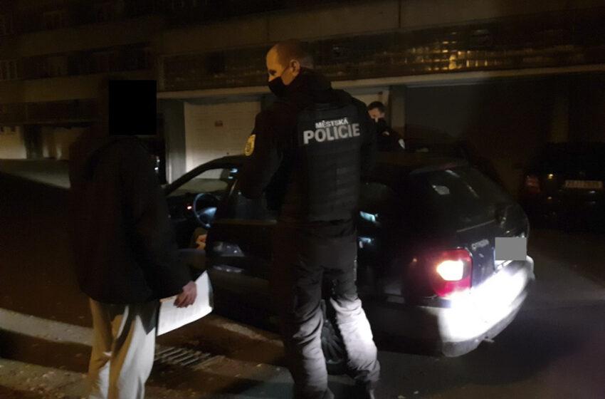 Strážníci v noci zastavili dva cizince. Jeden řídil opilý a druhý bez řidičáku
