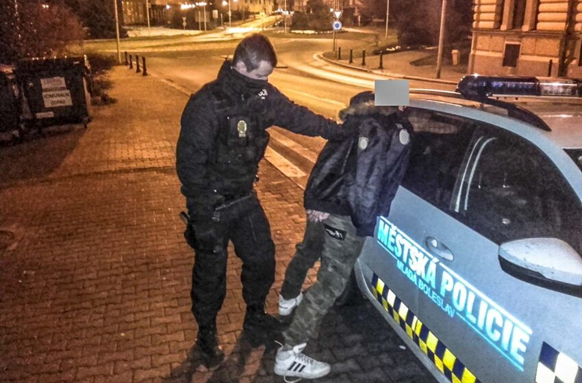 Agresivní opilec rušil noční klid a napadl strážníky