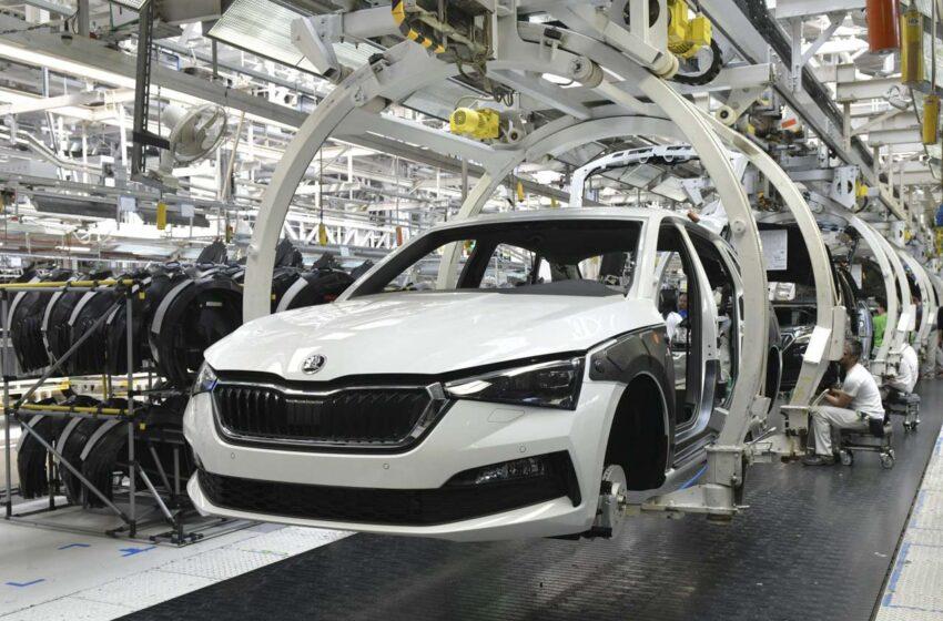 Výroba ve Škoda Auto bude kvůli nedostatku čipů stát i týden po dovolené