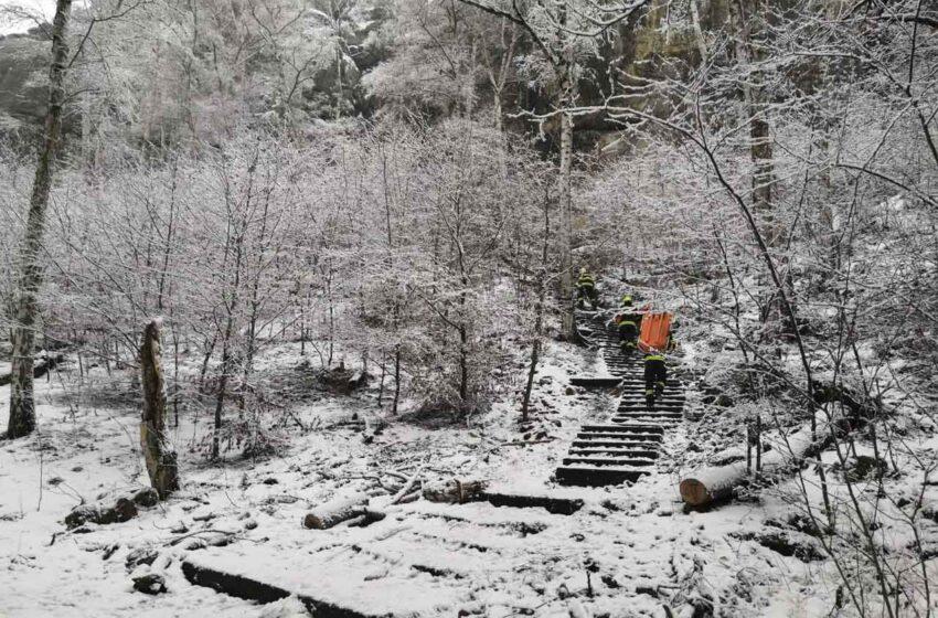 Zraněné ženě ve skalách vyjeli na pomoc záchranáři i hasiči