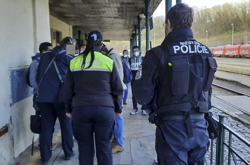 Skupinu výletníků poslali strážníci z nádraží zpět do místa bydliště