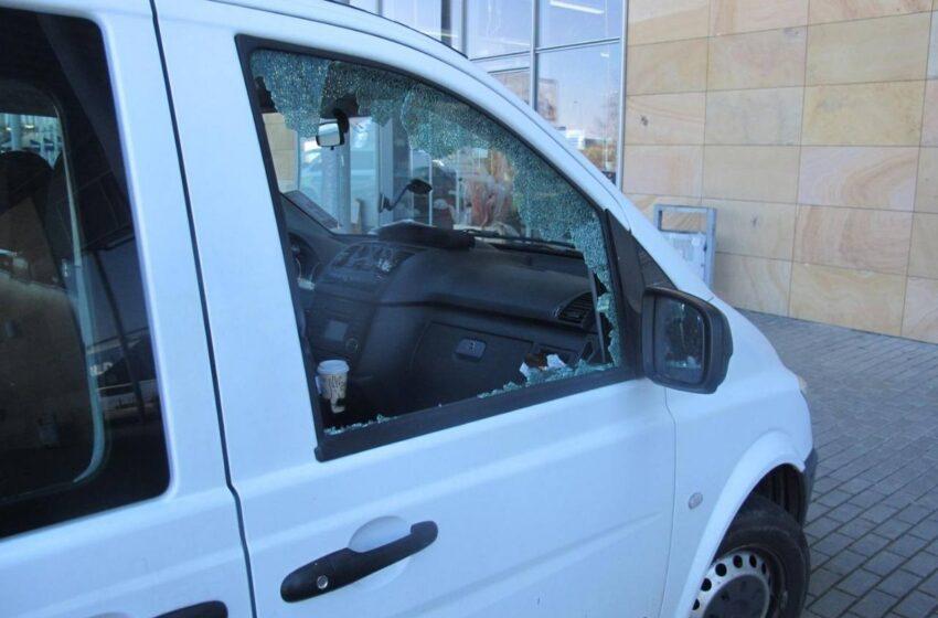 Zloděj v Mladé Boleslavi rozbil okno auta. Ukradl notebook a tašku