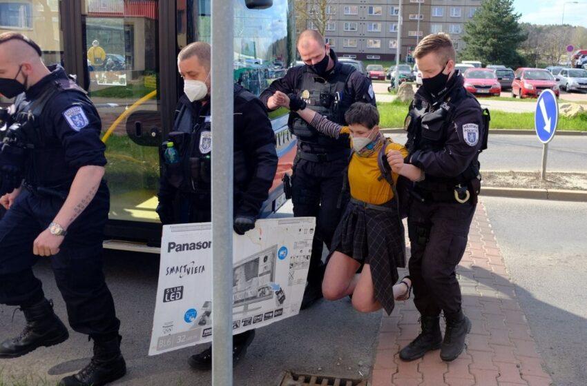 Aktivistka v Mladé Boleslavi blokovala silnici v ulici Na Radouči