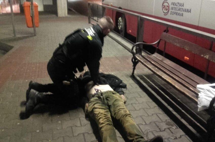 Muže na autobusovém nádraží v Mladé Boleslavi se oživit nepodařilo