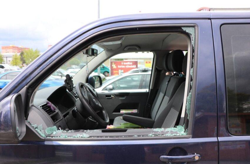 Zloděj v Mladé Boleslavi vykradl auto. Poznáte muže na fotografii?