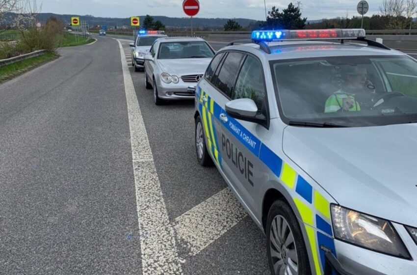 Policie na D10 zastavila muže bez řidičáku a pod vlivem drog. V autě našla dvě zbraně