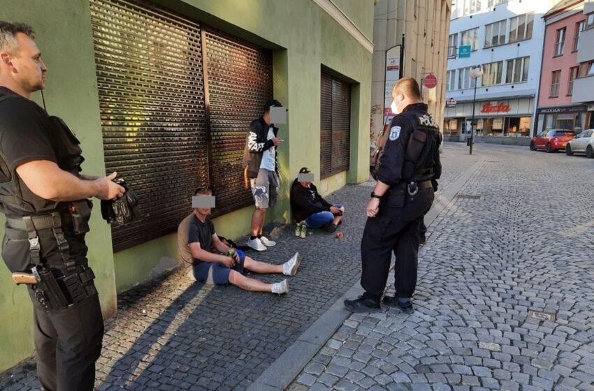 Opilí muži obtěžovali v Mladé Boleslavi kolemjdoucí. Jeden skončil v poutech