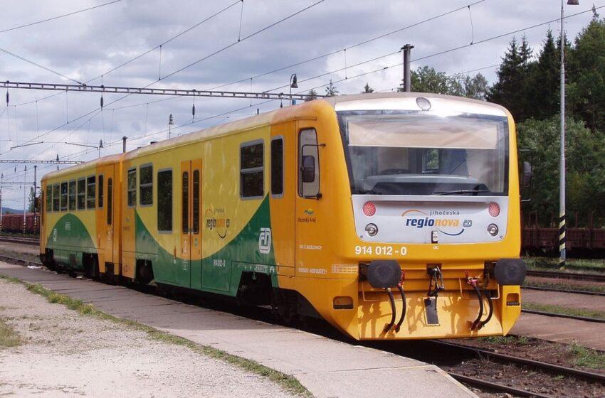 Na trať v Mladé Boleslavi se sesunula půda, vlaky stojí