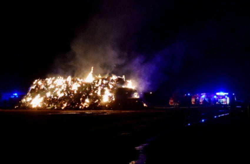 Hasiči v noci zasahovali u požáru stohu u Chotětova